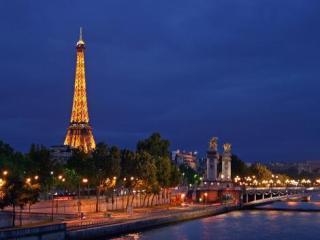 Jantar na Torre Eiffel, Cruzeiro pelo Rio Sena e Show no Moulin Rouge
